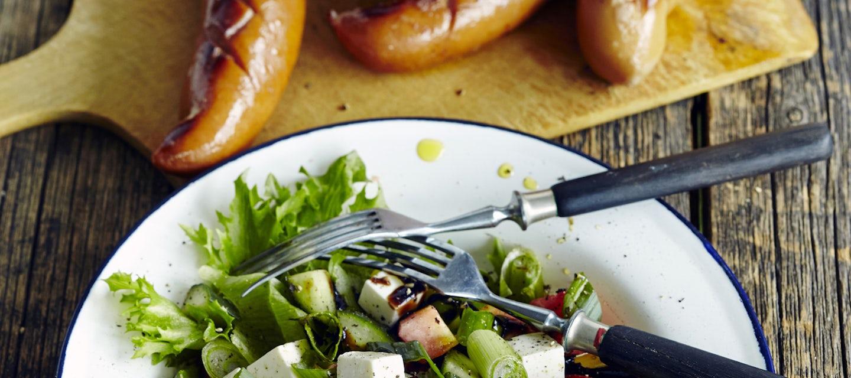 Vesimeloni-fetasalaatti ja grillimakkara