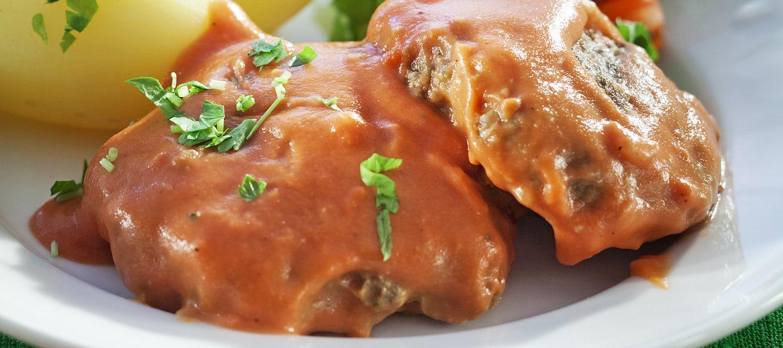 Pestojauhelihapihvit tomaattikastikkeessa