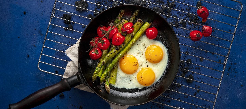 Paistetut kananmunat ja parsa grillissä