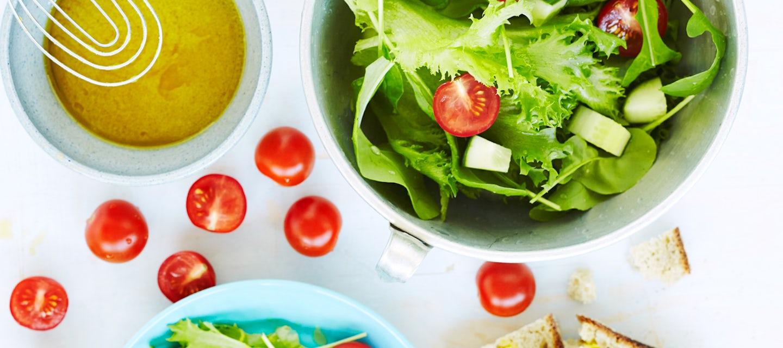 Vihreä salaatti ja vinaigrette