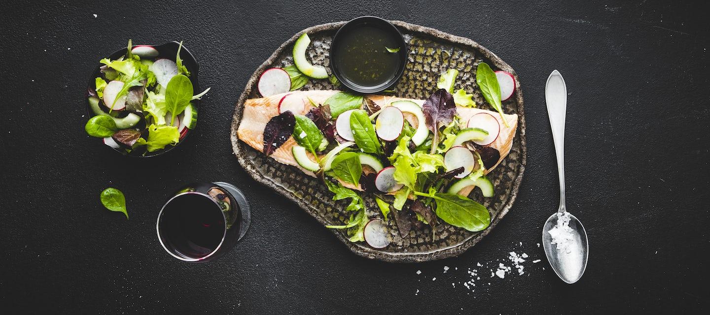 Salaatilla kuorrutettu nieriä
