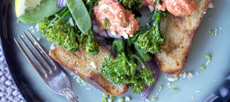 Paahdettua broccoliinia, romesco-kastiketta ja valkosipulista ciabattaa