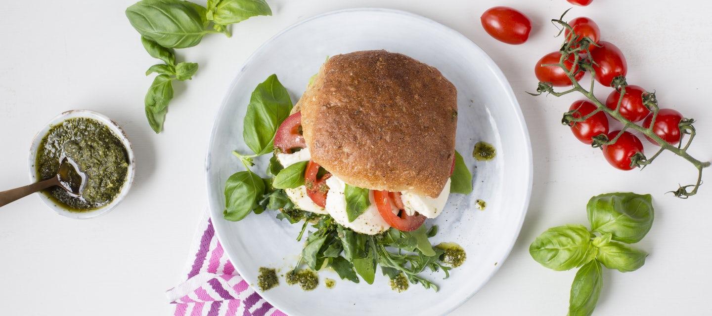 Tomaatti-mozzarellasämpylä