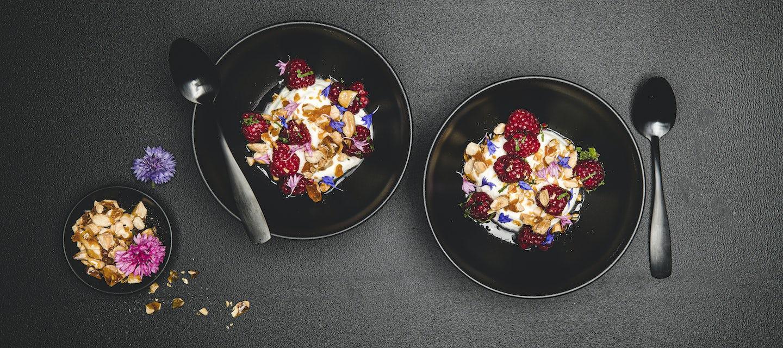 Jogurttimoussea, vadelmaa ja karamellisoitua pähkinää