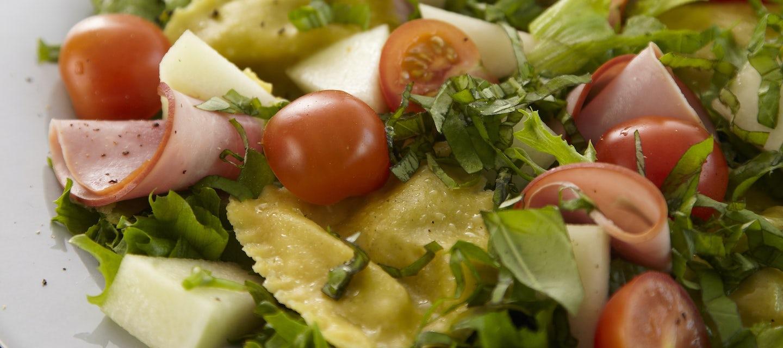 Kinkku-raviolisalaatti