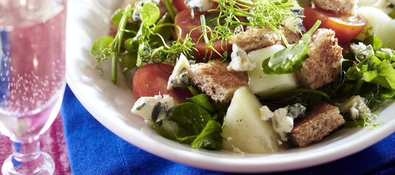 Sinihomejuustosalaatti panzanellan tapaan