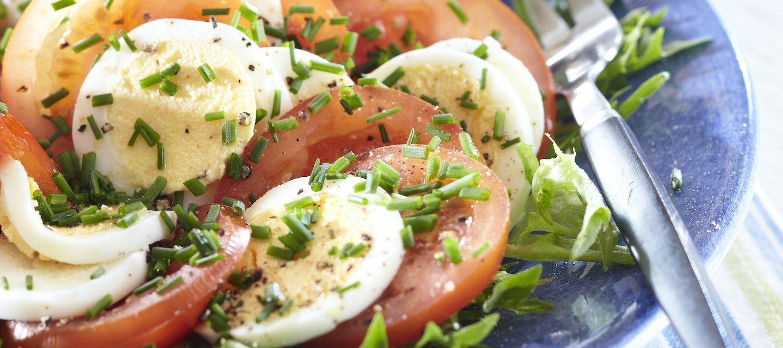 Tomaatti-ruohosipulisalaatti