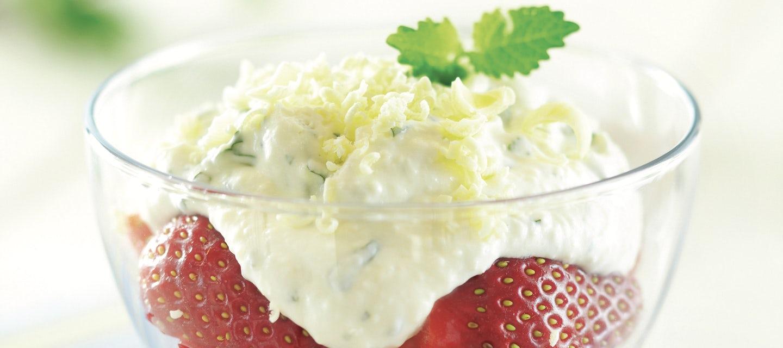 Mansikat ja valkosuklaa-jogurttivaahto