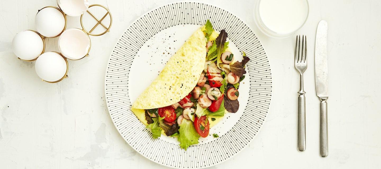 Nakkimunakas salaatilla