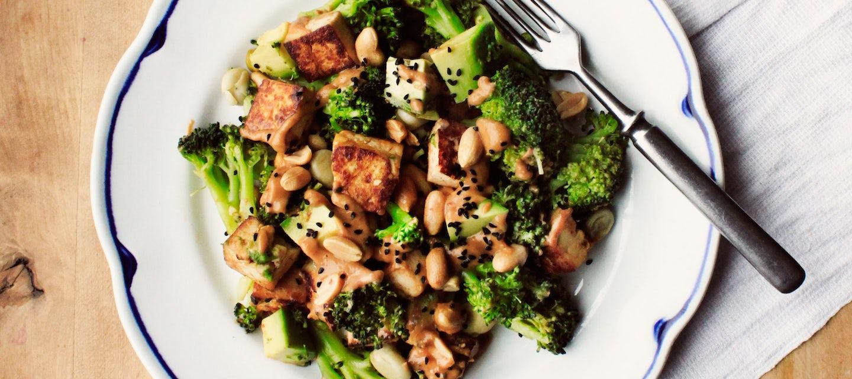 Pähkinäinen tofu-parsakaalisalaatti