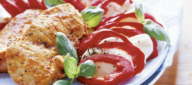 Kalkkunaa ja suippopaprika-mozzarellasalaattia