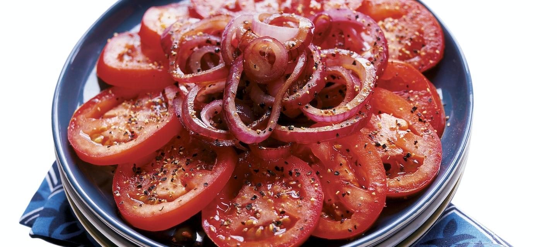 Lämmin tomaatti-punasipulisalaatti