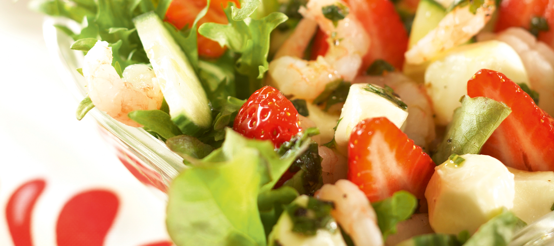 Katkarapu-mozzarella-mansikkasalaatti