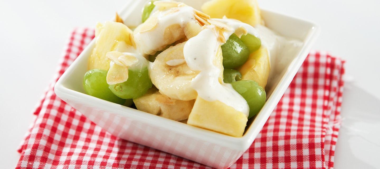Hedelmäsalaattia ja jogurttikastiketta