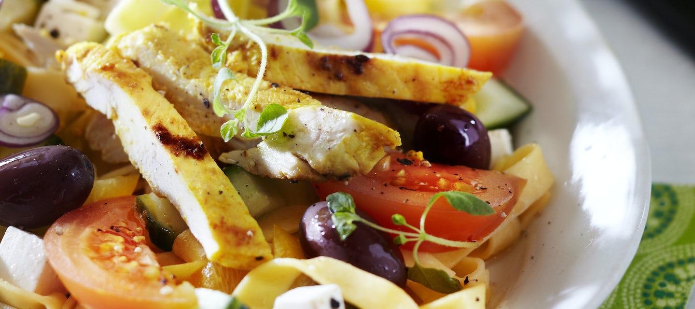 Kreikkalainen broileri-pastasalaatti