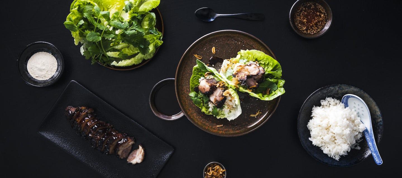 Thai BBQ-possua salaatinlehdillä