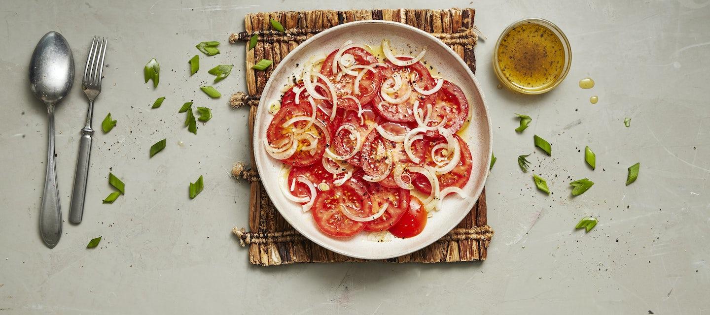 Tomaatti-sipulisalaatti