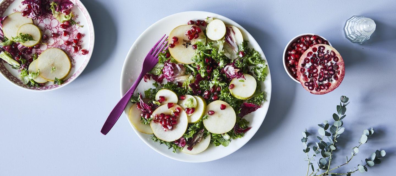 Vihreä salaatti ja granaattiomenavinegretti